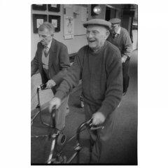 Trio vrolijke bejaarden Zundert / analoge dokaprint (site = scan dokaprint)